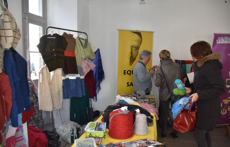 Les Equipes Saint-Vicent réalisent des tricots, des vêtements pour les poupées et des objets de décoration en laine.